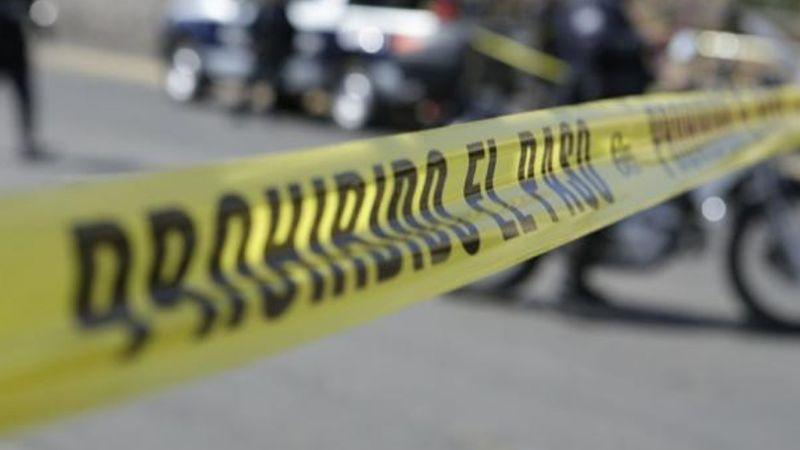 Con signos de tortura y encobijado, encuentran el cadáver de un hombre cerca de la carretera