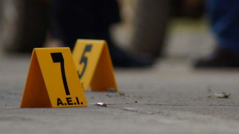Sujetos en automóvil asesinan a tiro a un hombre; le dispararon a quemarropa