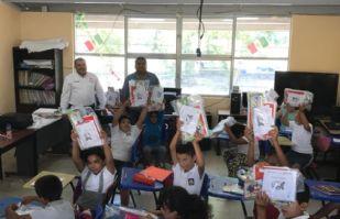 Alcalde de Álamos entrega paquetes escolares a niños de la zona rural