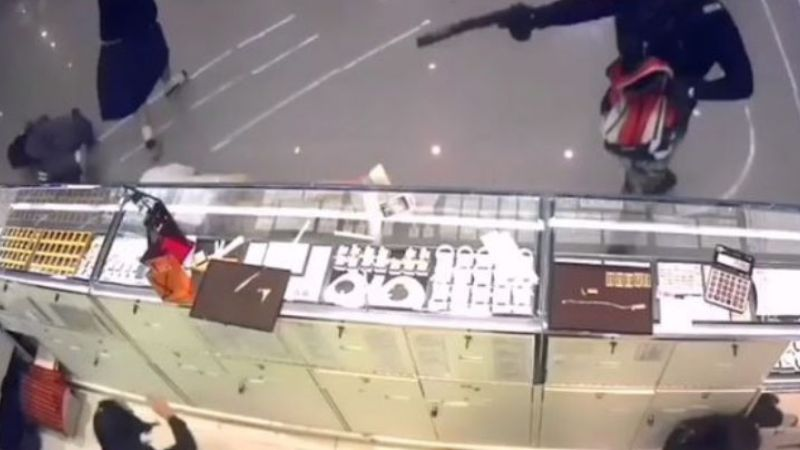 VIDEO: Robo a mano armada en centro comercial deja saldo de tres muertos