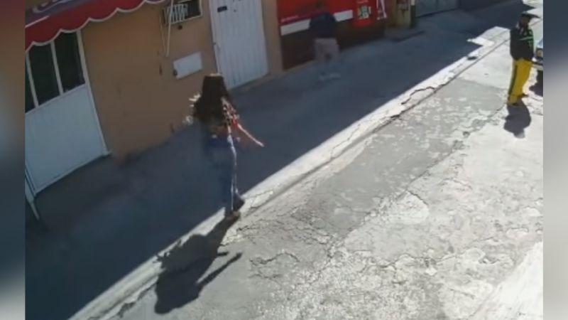 VIDEO: Delincuentes usan a mujer con flores para efectuar asaltos en CDMX