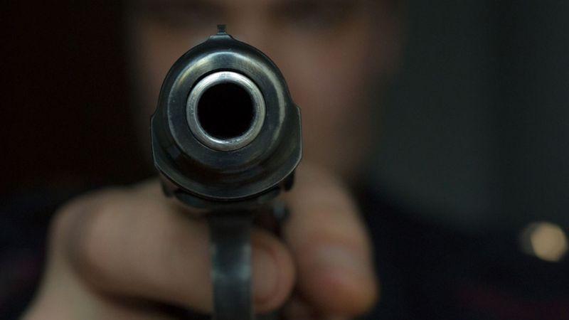 Hombre es golpeado por individuos; le disparan en el torso en Edomex