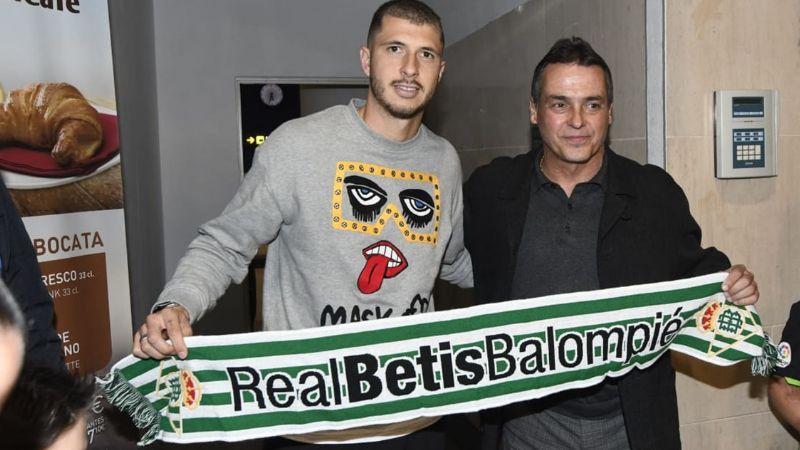 Guido Rodríguez posa con bufanda del Betis a su llegada a España