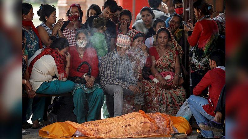 Mujer 'muerta' sorprende a sus seres queridos al abrir los ojos en funeral