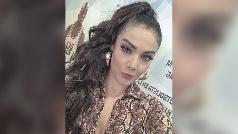Érika Fernández roba suspiros con descarado escote desde su cuarto