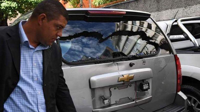 Chavistas disparan contra camioneta de Guaidó al llegar a Parlamento