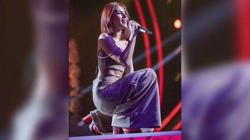 María León presume extravagante vestido en grabaciones de 'Así Es Amar'