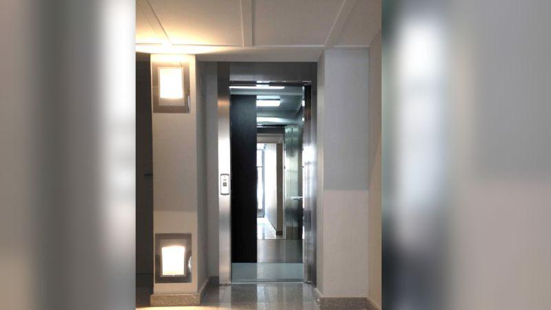 Por esta razón los elevadores cuentan con metales reflejantes en su interior