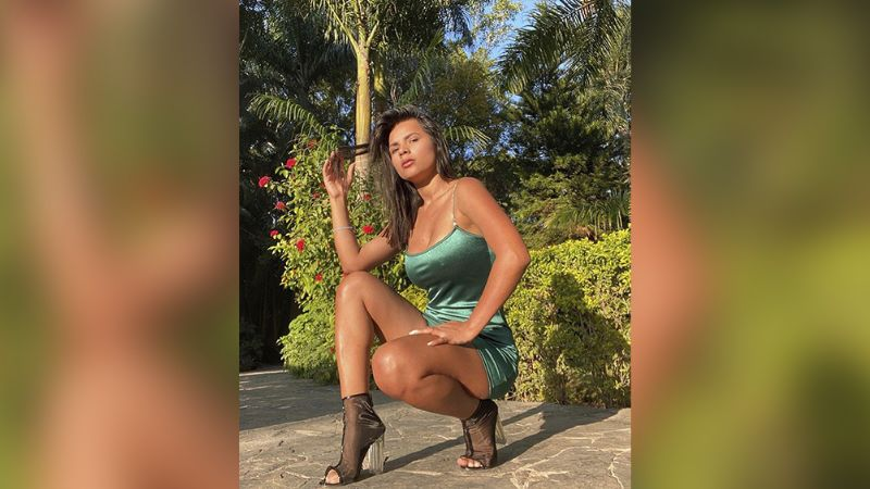 Ania Gadea eleva la temperatura sentada en el piso en diminuto bikini