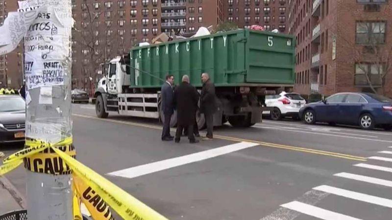 Mujer que cruzaba calle es partida en dos por camión; chofer deja la escena
