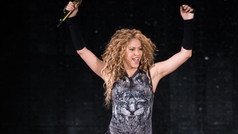 VIDEO: Shakira es 'atacada' a pelotazos por sus propios hijos