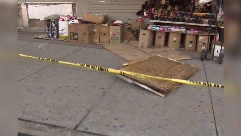 Anciana muere tras ser golpeada por panel de triplay que cayó de edificio