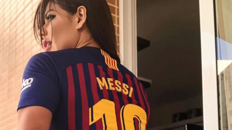 Suzy Cortez se atreve a todo y se tatúa la cara de Messi cerca de zona íntima
