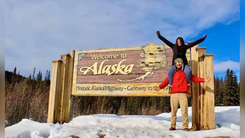 Pareja sonorense cumple su sueño y llegan hasta Alaska en su auto compacto