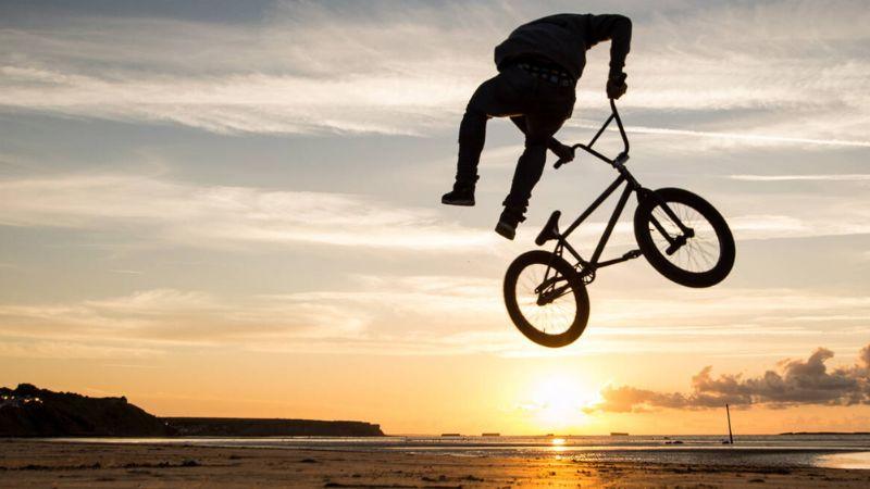 VIDEO: Practicante de BMX falla en su acrobacia, pero se gana al público