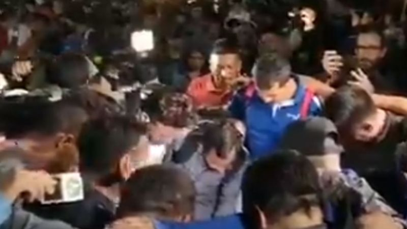 VIDEO: En cadena humana, caravana migrante intenta pasar cruce fronterizo