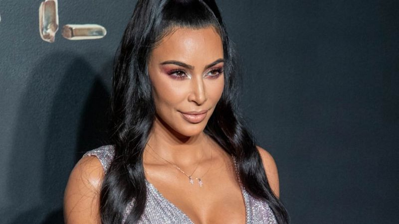 Kim Kardashian roba suspiros al lucir sus descomunales curvas en minibikini