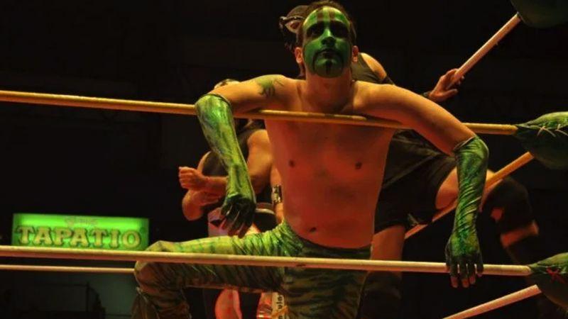 El luchador Mr. Iguana hace entrada con canción infantil y 'rompe' las redes
