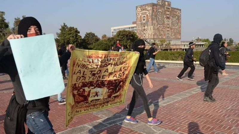 Estudiantes encapuchados protestan en rectoría de la UNAM