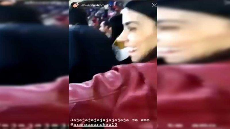 Fan de Chivas arroja cerveza a otros fanáticos; la bautizan #LadyCerveza