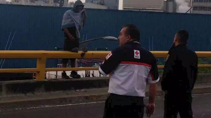 Menor sube a lo más alto de un edificio y amenaza con lanzarse en Culiacán