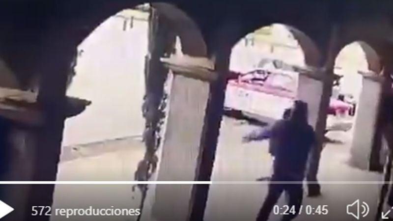 VIDEO: De día y a punta de pistola, asaltan tienda de celulares en CDMX