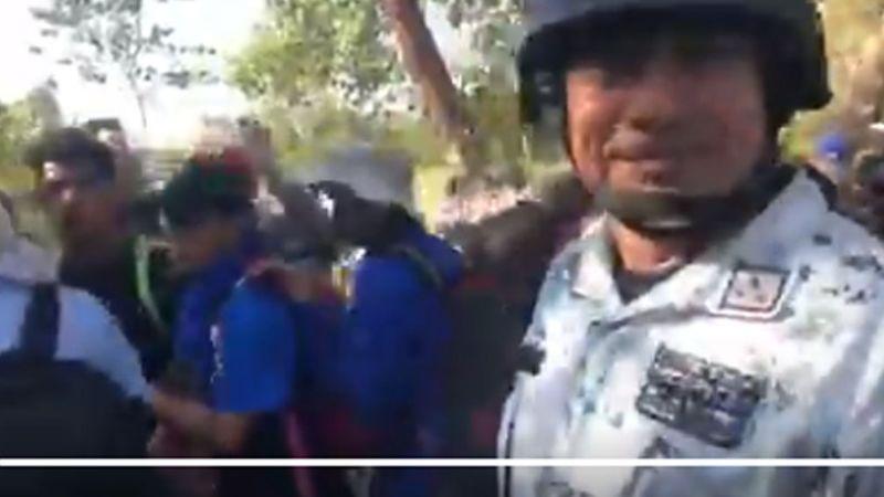 """(VIDEO) """"Aquí traigo el gas"""": Coronel de GN se burla y amenaza a migrantes"""