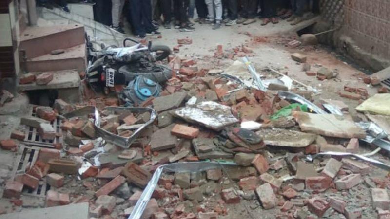 Van 4 muertos por derrumbe de edificio en India; hay equipos de rescate