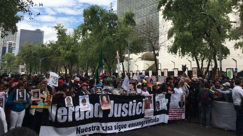 Integrantes de marcha por la paz se quitan un zapato en honor a Mackenzie