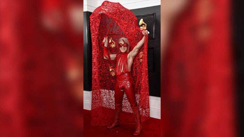 Polémicos 'looks' llevan la política a la alfombra roja de los Grammy 2020
