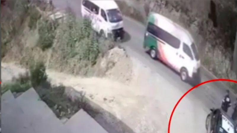 VIDEO: Combi embiste a un grupo de policías y deja a uno muerto en Edomex