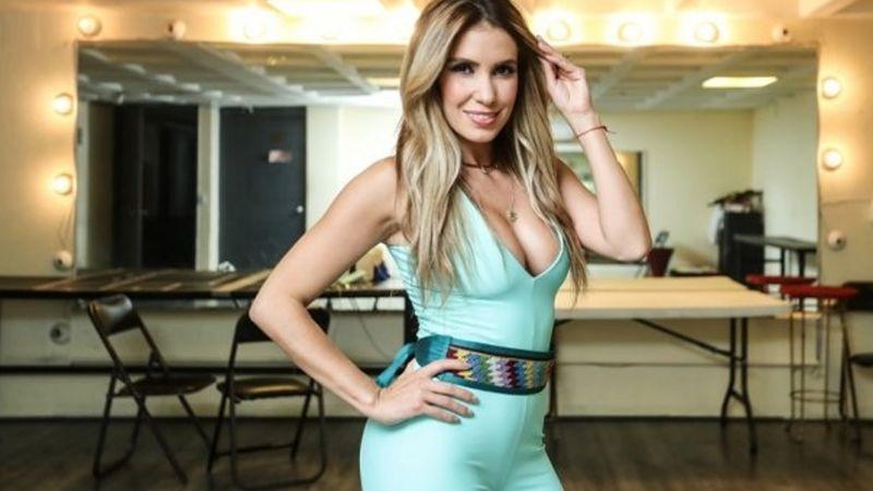 Andrea Escalona derrocha sensualidad al presumir sus curvas en traje de baño