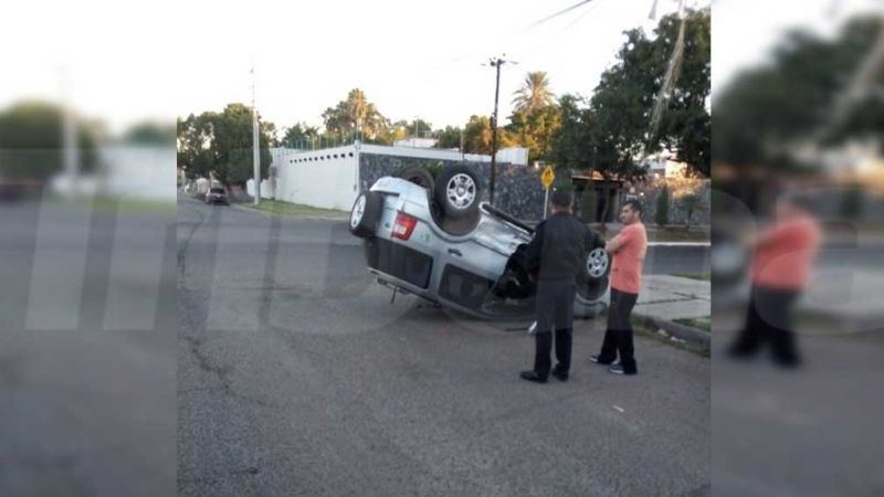 Aparatosa volcadura de una camioneta deja como saldo daños materiales