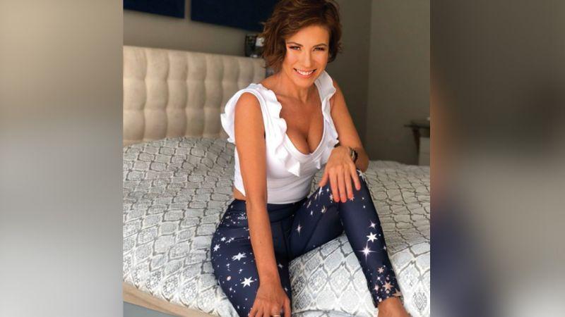Con sexy y apretada minifalda, Ingrid Coronado luce sus torneadas piernas