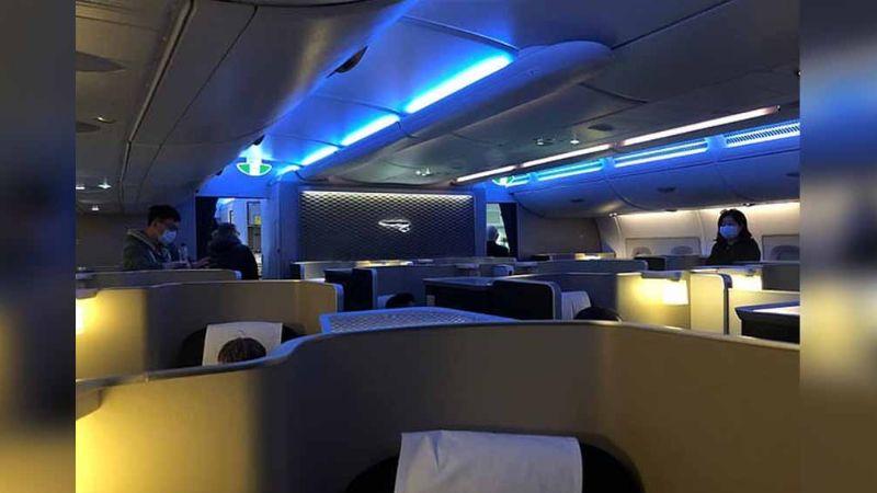 Coronavirus: Pasajeros viven pánico al ser retenidos en avión por temor a casos