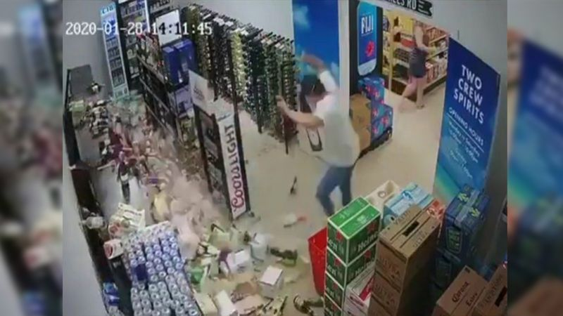 VIDEO: Valiente hombre intenta salvar estante de cerveza sacudido por sismo