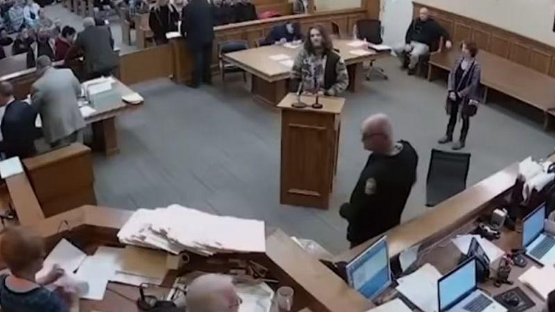 Hombre acusado por posesión de drogas fuma marihuana durante su juicio