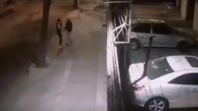 VIDEO: A mano armada, asaltan a mujer a las afueras de su casa en CDMX