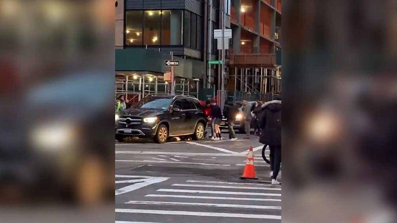 VIDEO: ¡Gran rescate! Peatones salvan a mujer al levantar auto que la arrolló