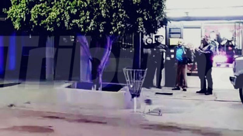 Gatilleros dejan herido a ciclista; familiares lo auxilian en un taxi