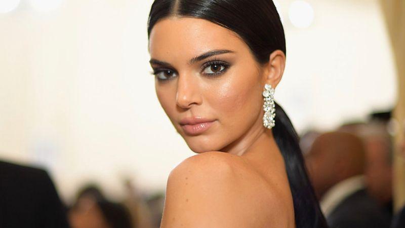 ¡Lo enseñó todo! Filtran picante foto de Kendall Jenner desnuda entre las olas