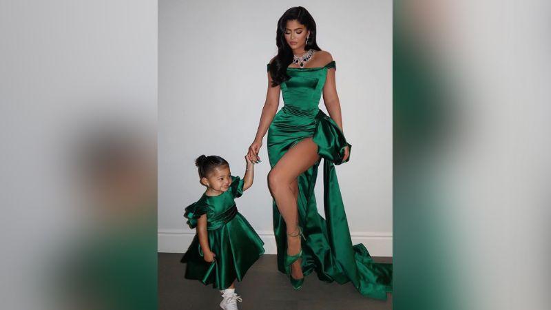 """Kylie Jenner enternece a fans al compartir momento de """"madre e hija"""""""