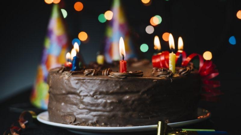 (VIDEO) Niña 'desgreña' a su amiguita por apagar la velita de su pastel de cumpleaños