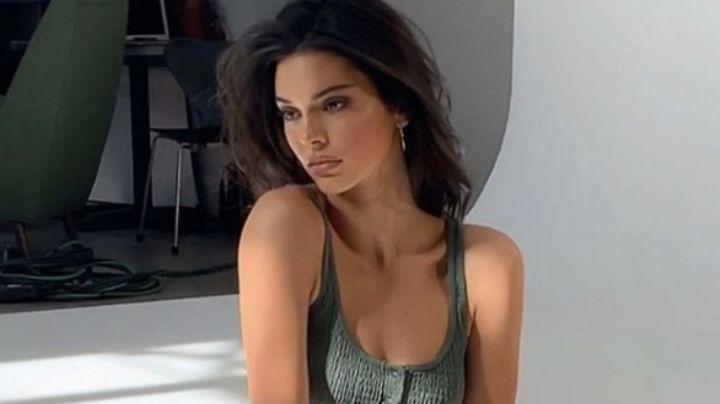 ¡Vaquera! Kendall Jenner deleita pupilas en espectacular 'outfit' frente al espejo
