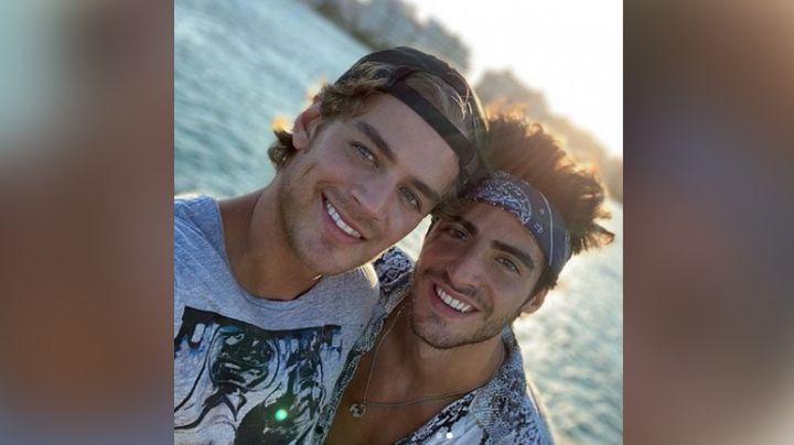 ¡Como nunca! Exactor de Televisa presume estar enamorado al lucirse recostado junto a su novio