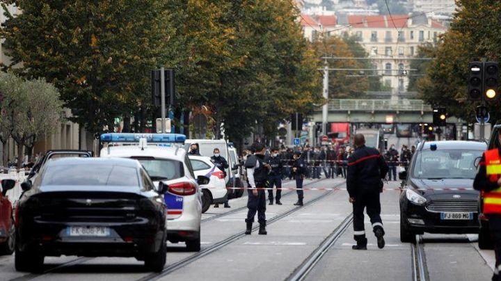 """Hombre armado con cuchillo asesina a tres personas en Niza: """"Corran, hay gente muerta"""""""