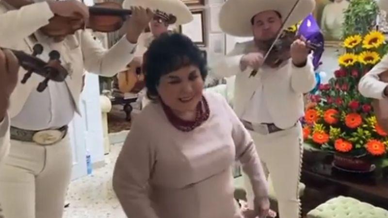VIDEO: Carmen Salinas baila al ritmo de mariachi durante su cumpleaños