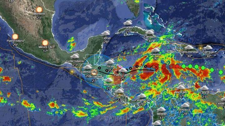 Tormenta tropical 'Eta' gana fuerza y amenaza con lluvias al sur de México
