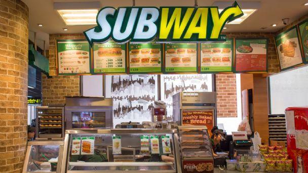VIDEO ¡Dulces sueños! Empleada de Subway se duerme mientras prepara un  sandwich | TRIBUNA