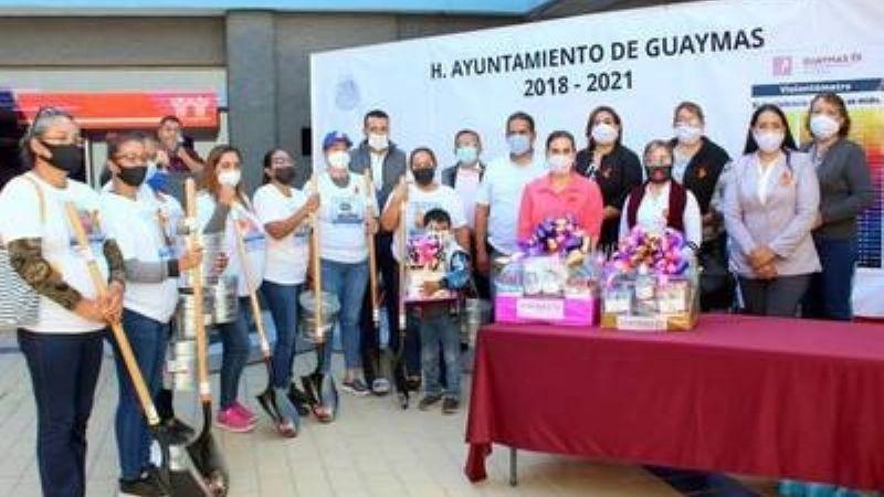 Alcaldesa de Guaymas regala palas para que mujeres busquen a sus desaparecidos